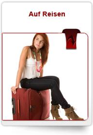Schutz auf Reisen Frau auf Koffer reisefertig